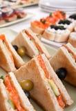 Sanduíches de clube com salmões e pepinos Fotos de Stock