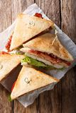 Sanduíches de clube recentemente preparados tradicionais com peru, bacon, Fotografia de Stock Royalty Free