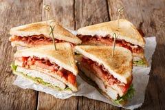 Sanduíches de clube recentemente preparados tradicionais com peru, bacon, Fotos de Stock Royalty Free