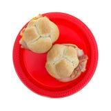 Sanduíches de peru pequenos do bolo do trigo na placa vermelha Foto de Stock