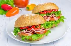 Sanduíches de presunto saudáveis na placa Fotos de Stock Royalty Free