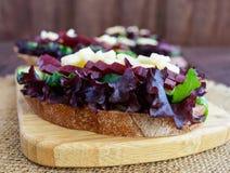 Sanduíches dietéticos da vitamina com folhas, pepino, beterraba e queijo da alface no pão de centeio Foto de Stock Royalty Free