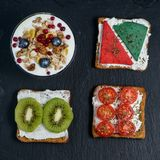Sanduíches diferentes na bandeja de pedra preta Foto de Stock Royalty Free