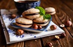 Sanduíches do biscoito amanteigado da avelã enchidos com o creme do chocolate fotografia de stock
