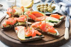 Sanduíches do Canape com salmões, pepino e queijo creme Fotografia de Stock Royalty Free