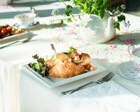 Sanduíches do croissant em uma tabela com bule e copos em um almoço do casamento imagem de stock royalty free