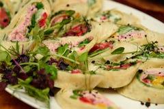 Sanduíches do envoltório do atum com espinafres e vegetais na placa foto de stock royalty free