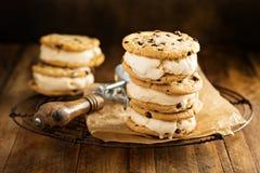 Sanduíches do gelado com cookies dos pedaços de chocolate Imagens de Stock