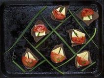 Sanduíches do queijo, do tomate e da cebola fotografia de stock royalty free
