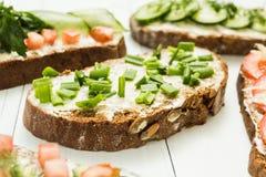 Sanduíches do vegetariano do aperitivo em uma tabela branca fotos de stock royalty free