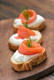 Sanduíches dos peixes com salmões e aneto Foto de Stock