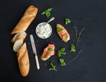 Sanduíches dos salmões, da ricota e da manjericão com baguette Imagens de Stock