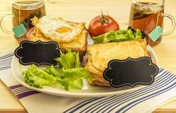 Sanduíches e copos de chá para um par Fotografia de Stock