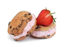 Sanduíches e morango deliciosos doces da cookie do gelado imagens de stock