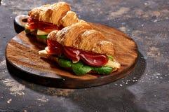 Sanduíches em uma luz de madeira e em um fundo escuro imagens de stock royalty free