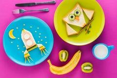 Sanduíches engraçados deliciosos nas formas da coruja e do foguete em placas para o café da manhã Fotografia de Stock Royalty Free