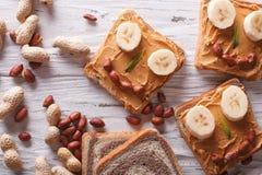 Sanduíches engraçados para crianças com a manteiga de amendoim horizontal Foto de Stock Royalty Free