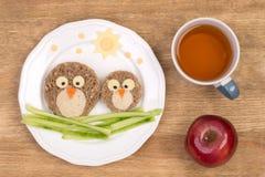 Sanduíches engraçados para crianças em uma forma dos pássaros Fotografia de Stock Royalty Free