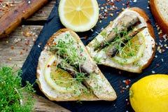 Sanduíches fumado dos microgreens do limão do arenque pequeno Foto de Stock Royalty Free
