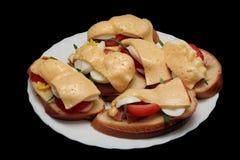 Sanduíches Home-made com queijo, salsicha, ovo e Fotos de Stock Royalty Free