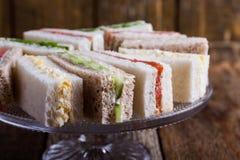 Sanduíches ingleses do chá no suporte do bolo imagem de stock royalty free