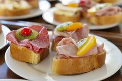 Sanduíches na placa Fotos de Stock Royalty Free