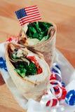Sanduíches patrióticos do envoltório da salada da galinha Fotografia de Stock