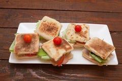 Sanduíches pequenos com salmões, queijo e vegetais Fotos de Stock