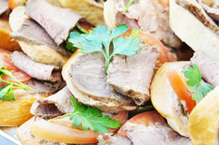 Sanduíches pequenos com tomate e carne frescos Imagem de Stock