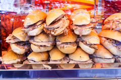 Sanduíches saborosos com carne de porco foto de stock