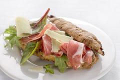 Sanduíches saborosos do pão de centeio com carne e vegetais do assado Fotografia de Stock
