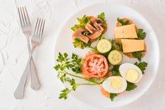 Sanduíches saborosos em uma placa e forquilhas em uma tabela Imagem de Stock Royalty Free