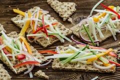 Sanduíches saudáveis com legumes frescos fotografia de stock royalty free