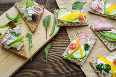 Sanduíches saudáveis com legumes frescos imagens de stock