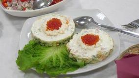 Sandu?ches com caviar vermelho e salada verde em uma placa Mesa de jantar festiva Alimento delicioso na tabela vídeos de arquivo