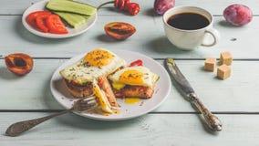 Sandu?ches com vegetais e ovo frito e x?cara de caf? fotos de stock royalty free