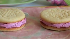 Sandu?ches cozinhados do marshmallow Encontram-se no papel do alimento Close-up vídeos de arquivo