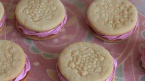 Sandu?ches cozinhados do marshmallow Encontram-se no papel do alimento Vista de acima filme