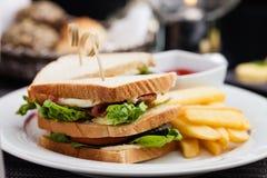 Sanduíche com ovos fritos Imagens de Stock