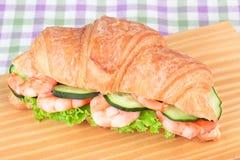 Sanduíche com salada do camarão Fotografia de Stock Royalty Free