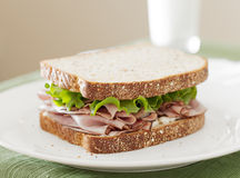 Sanduíche da carne do supermercado fino do corte frio no tempo do almoço. Fotografia de Stock Royalty Free