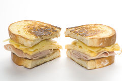 Sanduíche saboroso da omeleta do presunto e do queijo Fotografia de Stock Royalty Free