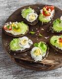 Sanduíches com queijo macio, ovos de codorniz, tomates de cereja e aipo Petisco ou café da manhã saudável delicioso Fotografia de Stock Royalty Free