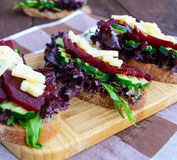 Sanduíches dietéticos da vitamina com folhas, pepino, beterraba e queijo da alface no pão de centeio Imagem de Stock Royalty Free