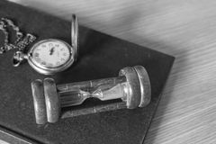 Sanduhr auf einem Schwarzweiss-Hintergrund Lizenzfreie Stockfotografie