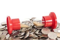 Sanduhr auf Münzen Lizenzfreie Stockbilder