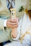 Sanduhr in den Händen des Mannes und der Frau Stockfotografie