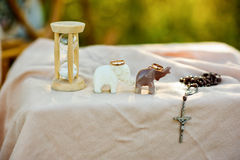 Sanduhr, Elefanten, Eheringe und Kreuz stockfotos