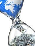 Sanduhr, Geld und Erde. Verbrauch von natürlichen Ressourcen. Stockbild