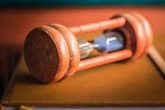 Sanduhr gesetzt auf ein Buch Lizenzfreie Stockfotos